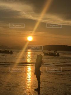 水の体に沈む夕日の写真・画像素材[1027433]