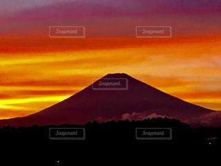 背景にオレンジ色の夕日の写真・画像素材[746321]