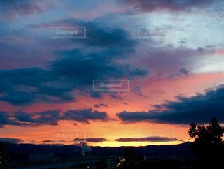 夕焼け空に浮かぶ雲のグループの写真・画像素材[746330]