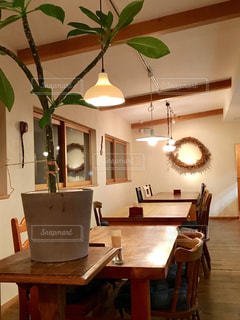 リビング ルームの家具とテーブルの上の花瓶でいっぱいの写真・画像素材[1211764]