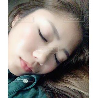 眠る女性の写真・画像素材[810956]