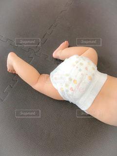 オムツ姿の赤ちゃんの写真・画像素材[1334320]