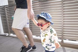 赤いサングラスをかけ歩く子どもの写真・画像素材[2098460]