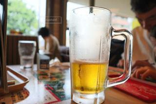 飲みかけの生ビールの写真・画像素材[2098541]