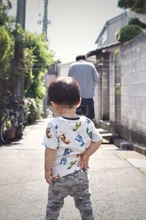 路地に立つ子供の写真・画像素材[2177234]