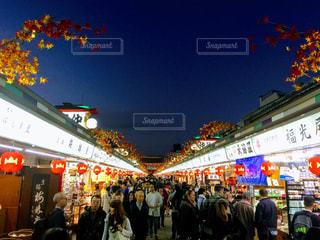 店の前に立っている人々 の群衆の写真・画像素材[858194]