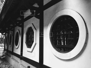 建物の白と黒の写真の写真・画像素材[878617]