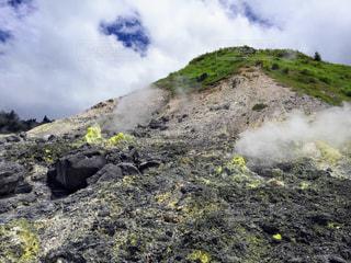 岩が多い丘の上の大きな滝の写真・画像素材[1366171]