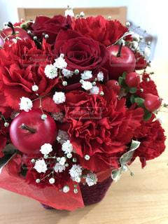 テーブルの上に花瓶の赤い花の写真・画像素材[851946]