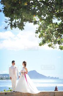 男とビーチに立っている女性 - No.786913