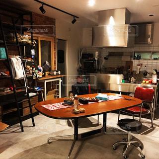 ダイニング テーブル付きのキッチンの写真・画像素材[973660]