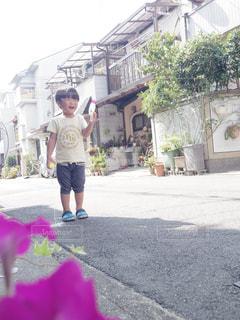 家の前で遊ぶ男の子の写真・画像素材[1453960]