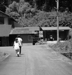 田舎道を歩く2人の写真・画像素材[2870284]