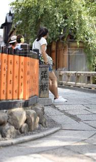 歩道に立っている人の写真・画像素材[2925926]