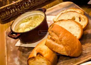 アヒージョとフランスパンの写真・画像素材[3057309]