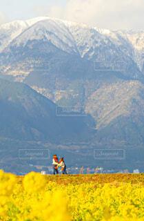 山の前にいる人々のグループの写真・画像素材[4023141]