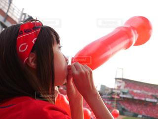 マツダスタジアムでジェット風船を膨らます女性の写真・画像素材[330675]