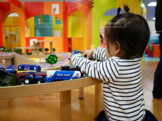 おもちゃに夢中な女の子 - No.955975
