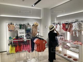 洋服売り場で悩む女性の写真・画像素材[1191275]