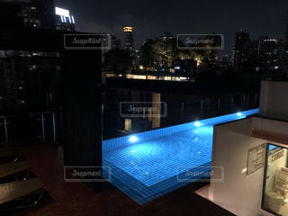 ホテルのおしゃれなナイトプールの写真・画像素材[1191278]