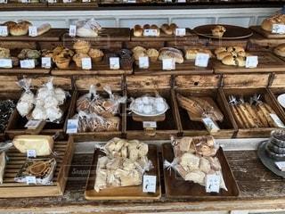 おしゃれなパン屋の写真・画像素材[1688268]