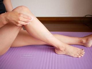 座って足のマッサージをする女性の写真・画像素材[1775934]