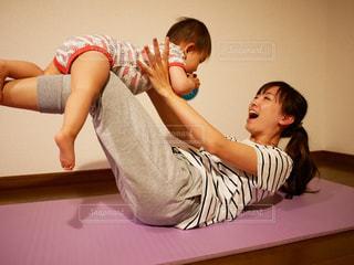 子供と楽しそうに遊ぶお母さんの写真・画像素材[1776369]