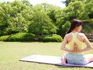 公園でヨガをしている女性の写真・画像素材[1777215]