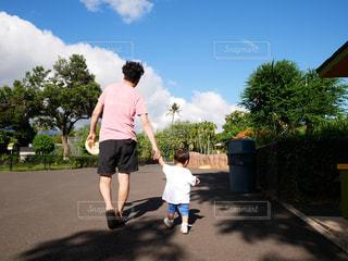 手を繋いで歩く親子の写真・画像素材[1831526]