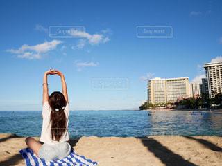 ビーチでストレッチしている女性の写真・画像素材[1831832]