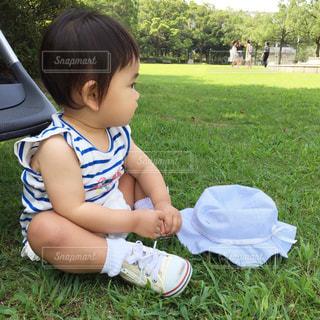 公園で座っている赤ちゃんの写真・画像素材[1848401]
