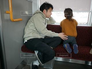 電車に乗ってる親子の写真・画像素材[2233605]