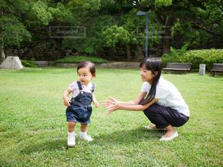 歩き出した赤ちゃんと遊ぶお母さんの写真・画像素材[2236462]