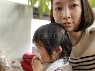 ティッシュで鼻を噛もうとしてる女の子の写真・画像素材[2906408]