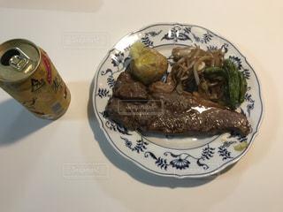 テーブルの上に食べ物のプレートの写真・画像素材[898995]