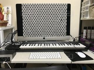 テーブル上のコンピューターのデスクの写真・画像素材[898996]