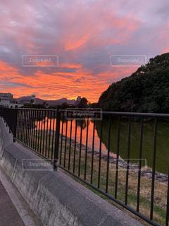 水域に架かる橋と朝焼けの写真・画像素材[2851984]