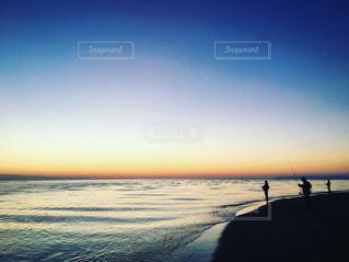 水の体に沈む夕日の写真・画像素材[750011]