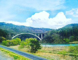 川に橋を渡る列車 - No.750051