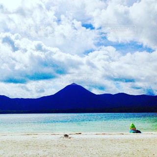 水の横にある砂浜のビーチ - No.752508