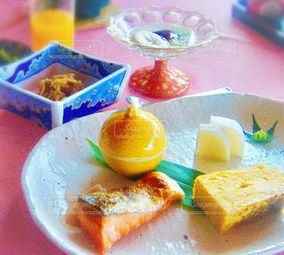 テーブルの上に食べ物のプレートの写真・画像素材[752993]