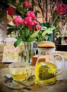 テーブル上のお花とお茶の写真・画像素材[3825757]