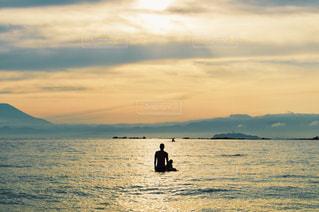 夕日を見つめる親子の写真・画像素材[948428]