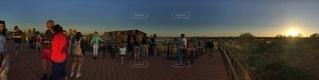 橋の上を歩く人々 のグループの写真・画像素材[1110220]