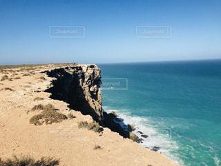 海の横にある岩のビーチの写真・画像素材[1110257]