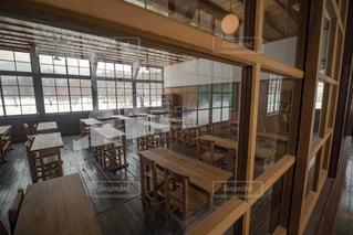 思い出の潟分校の廊下から見る教室の写真・画像素材[994645]