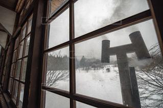 思い出の潟分校の教室から見える煙突の写真・画像素材[994658]