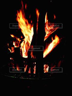 暗い空間で燃える炎の写真・画像素材[1060072]
