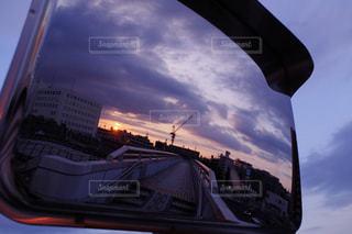 夕暮れ時、ミラーに映る景色の写真・画像素材[1065205]