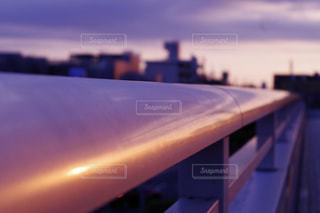 手すりに写る夕焼けの写真・画像素材[1065993]